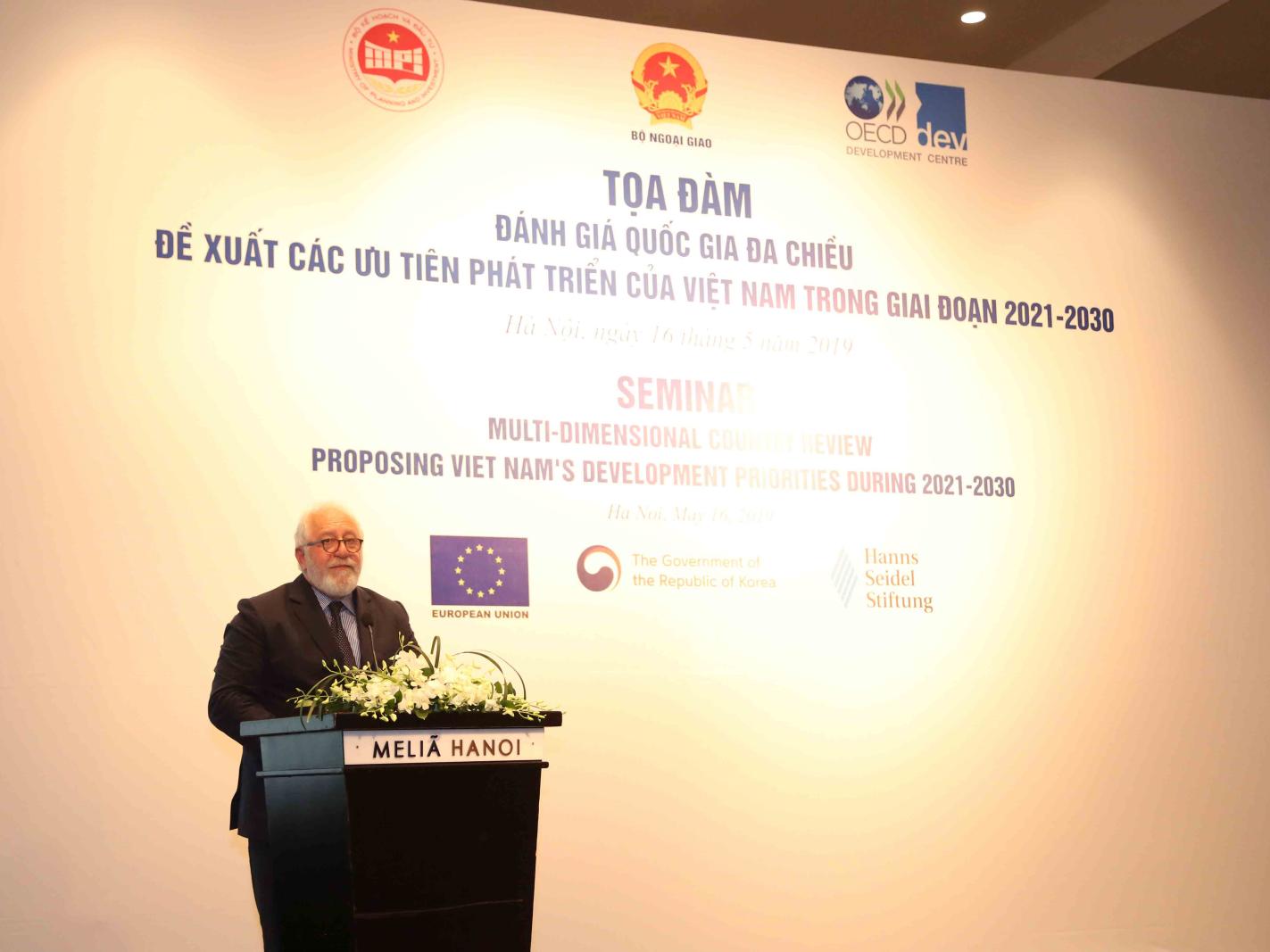 Giám đốc Trung tâm Phát triển của OECD Mario Pezzini phát biểu tại Tọa đàm. Ảnh: MPI